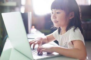 Mädchen vor einem Laptop