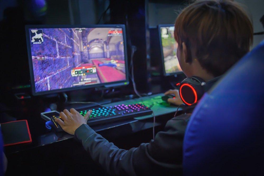 Junge spielt Videospiele