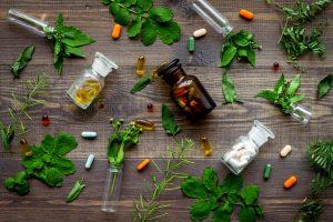 Medikamente und Kräuter auf einem Tisch