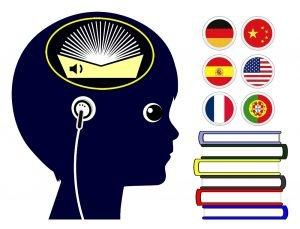 Junge hört verschieden Sprachen