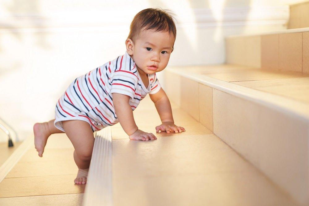 Kind krabbelt Treppen hinauf