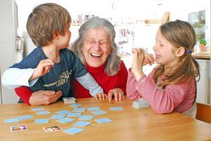 Oma spielt mit Enkelkindern Memory