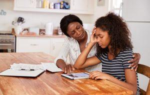 gestresstes Mädchen bei den Hausaufgaben