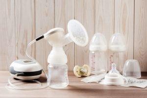 Milchpumpe mit Fläschchen