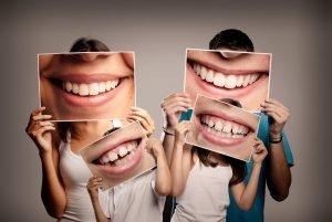 Familie mit Bildern von ihrem Mund