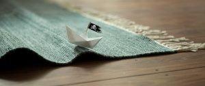 mini-piratenschiff aus papier auf einem teppich
