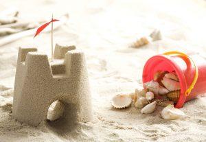 mini-sandburg mit einem eimer muscheln