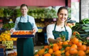 Mann und Frau arbeiten in Supermarkt in Gemüseabteilung