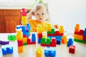 ein kind spiel mit baukloetzen