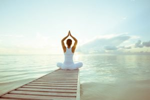 Frau macht Yoga in der Natur
