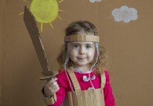 Mädchen mit einem Pappschwert in der Hand