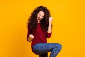 glückliche und erfolgreiche junge Frau