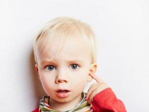 Kind mit Ohrenschmerzen