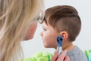 Ohrenuntersuchung Kind beim Arzt