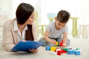 kleiner junge spielt bei einer psychologin