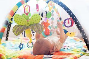 ein baby spielt mit einem mobile