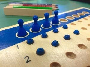 spielzeug fuer den matheunterricht der montessori grundschule