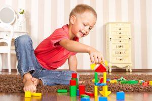 ein kind mit 4 jahren baut mit baukloetzen