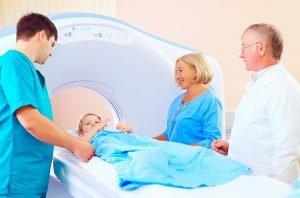 kleiner Junge wird für eine MRT vorbereitet.