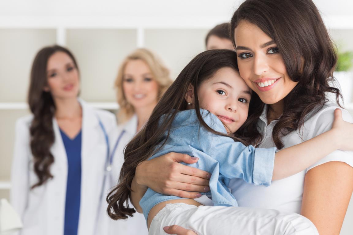 Mutter mit Kind auf Arm