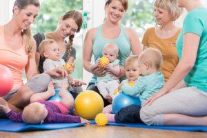 Mütter mit Kindern beim Babykurs