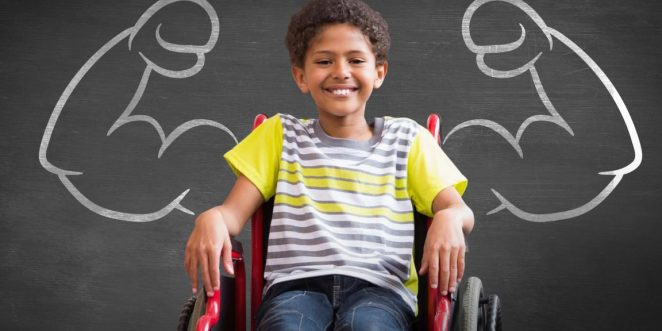 Kind im Rollstuhl vor Tafel
