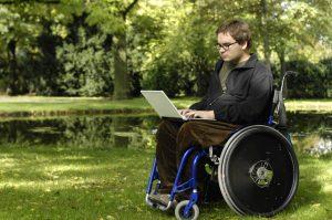 Teenager sitzt im Rollstuhl