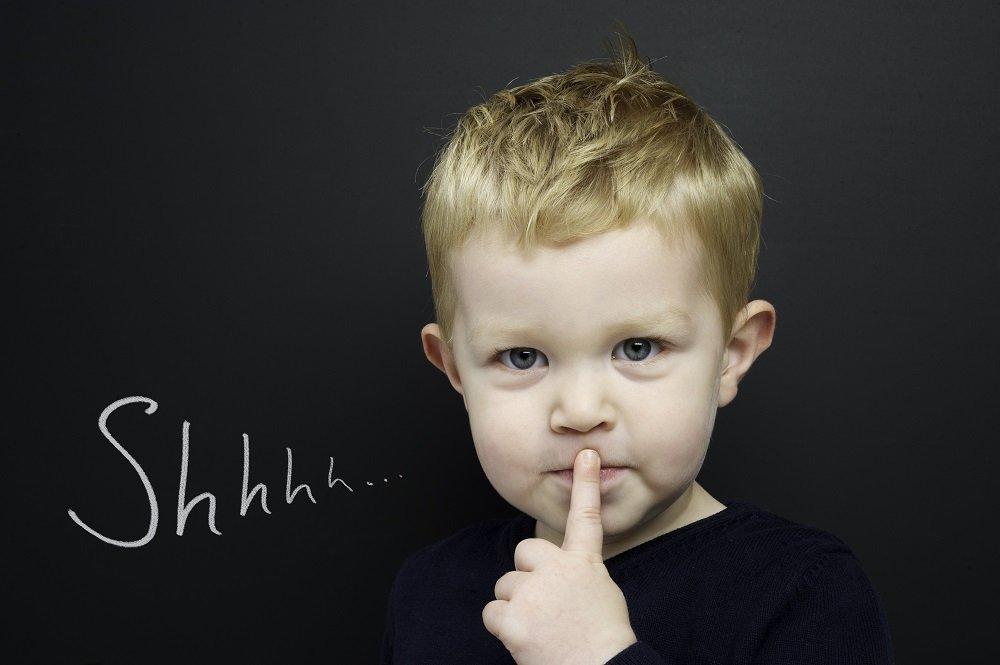 Kind schweigend an Tafel