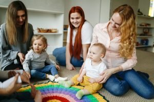 Mutter beobachtet Kind bei Babykurs