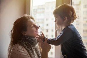 Mutter und Kind lachen