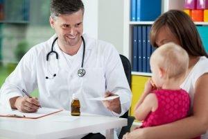 mutter mit ihrem Kind bekommt eine ueberweisung fuer eine kur