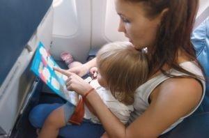 Mutter und Kind teilen sich einen Platz im Flugzeug