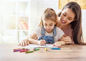 eine mutter beim lernen mit ihrem kind
