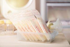 in beutel abgepackte eingefrorene muttermilch