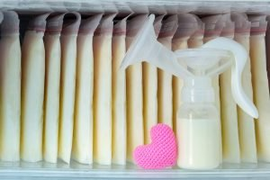 muttermilchbeutel in der tiefkuehltruhe