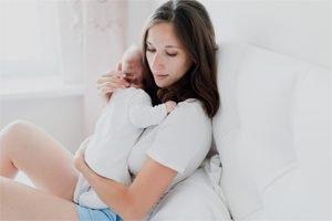 Mutter ohne Urvertrauen kümmert sich um Baby