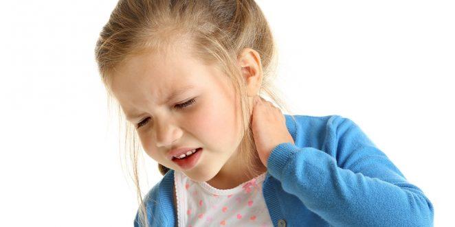 kleines kind hat nackenschmerzen