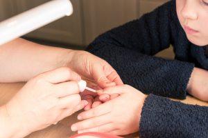 Nagellack wird gegen Nägelkauen aufgetragen