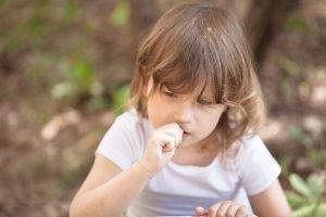 Kind kaut seinen Fingernagel