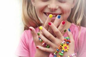 Mädchen mit bunten Fingernägeln