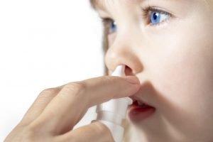 Kind bekommt Nasenspray