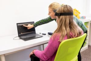 Mädchen in einer Neurofeedback-Sitzung