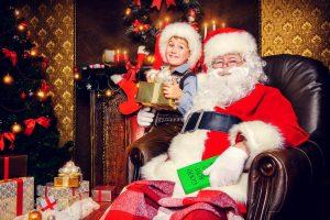 verkleideter Nikolaus mit einem Kind