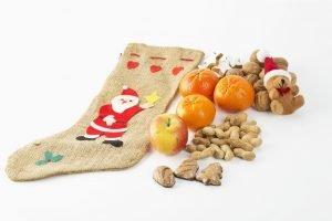 Nikolausstiefel aus Jute mit Obst und Nüssen