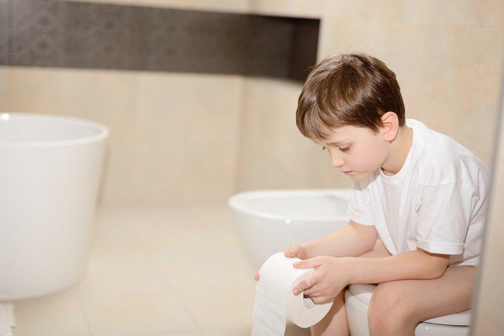 Kind mit Norovirus auf Toilette