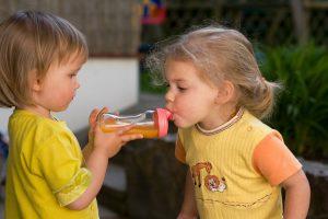Kind trinkt Limonade aus Nuckelflasche