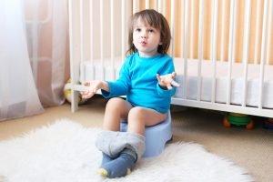 Sauberkeitserziehung Junge sitzt auf dem Töpfchen