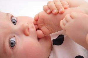 baby nuckelt am eigenen fuß