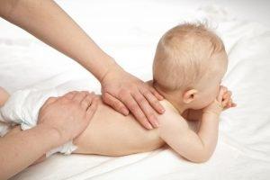 Baby in einer osteopathischen Behandlung