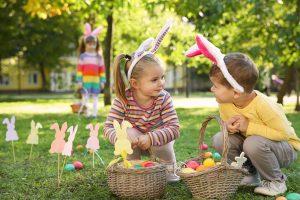 Kinder suchen Ostereier